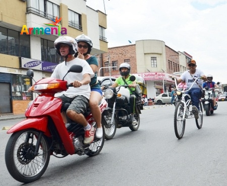 (VIVIANA) MOTOS EN LA VIA